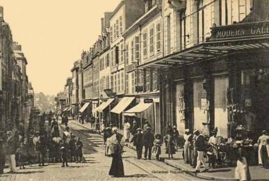 Rue de la Patrie et le magasin Modern Galeries à l'angle de la place Alsace Lorraine